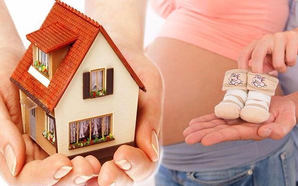 Домик и беременная женщина