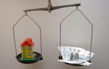 Весы с деньгами и небольшим домиком
