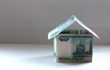 Бумажный домик из тысяча рублевых купюр