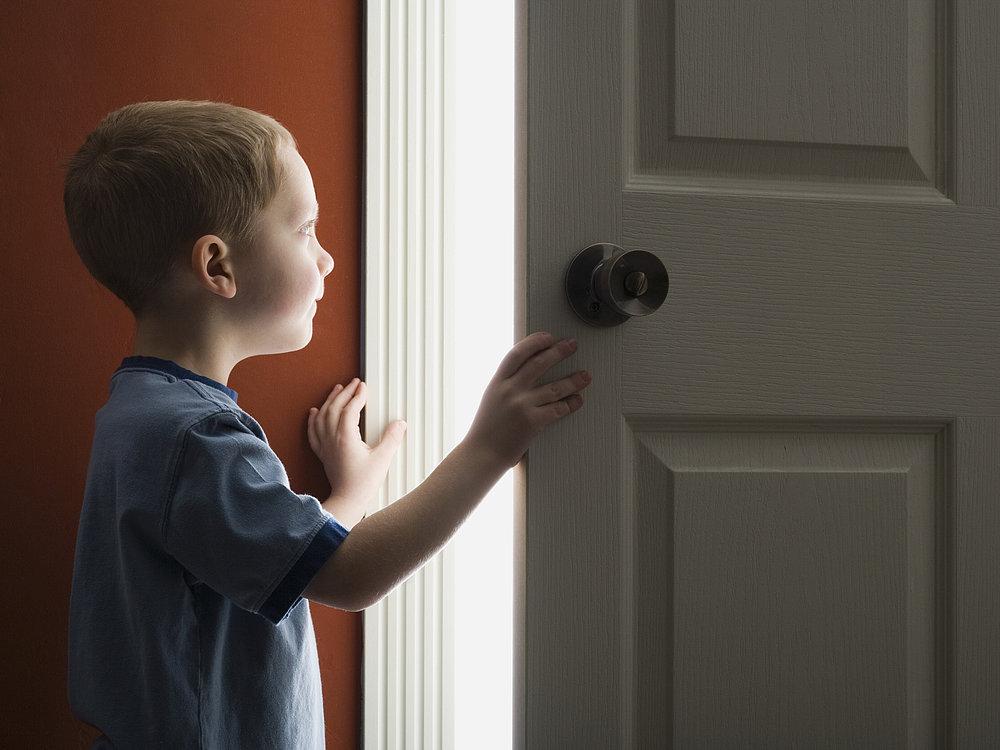 Ребенок открывает дверь